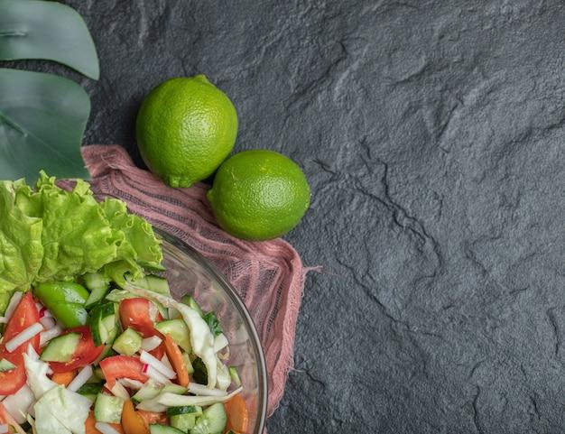 黒の背景にヘルシーな野菜サラダ。高品質の写真