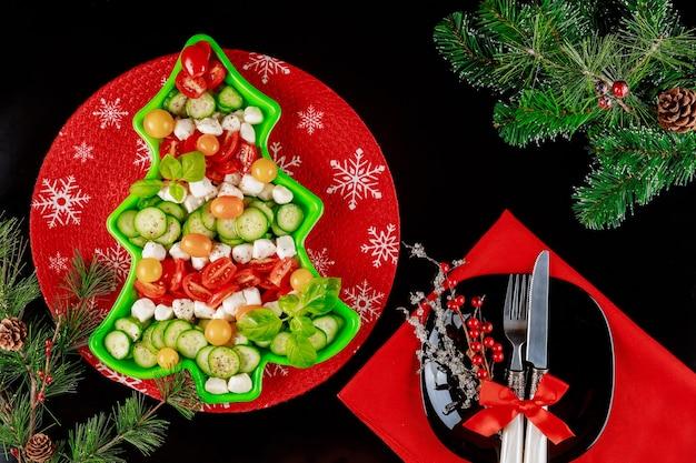 Здоровый овощной салат с настройкой рождества. новогодняя концепция.