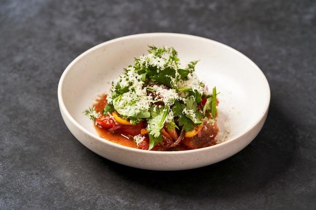 Полезный овощной салат с тертым сыром, крупный план