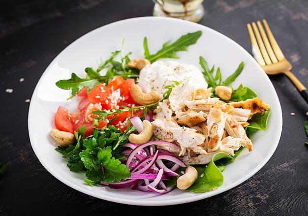 Полезный овощной летний салат, свежие овощи и куриная грудка с йогуртовой заправкой. кето, кетогенная диета.