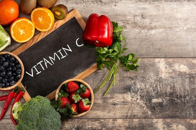 Еда здоровых овощей и классн классный на деревянном столе.