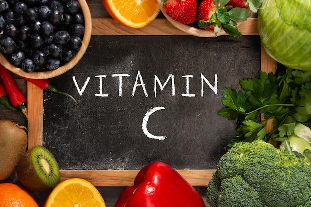 Здоровая овощная еда на деревянном столе
