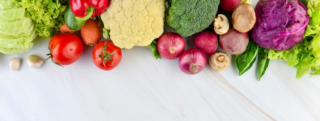 大理石のキッチンカウンターバナーの背景に健康的な野菜