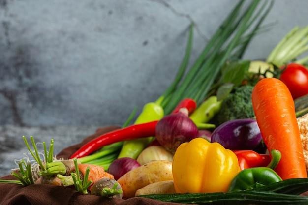 오래 된 어두운 배경에 건강 한 야채