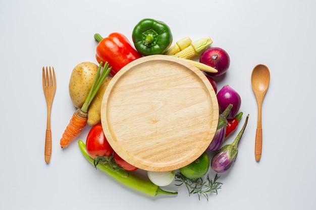 흰색 바탕에 건강 한 야채