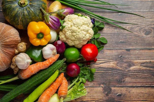 나무 테이블에 건강 한 야채
