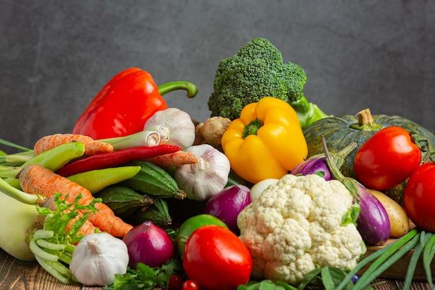 Здоровые овощи на деревянном столе