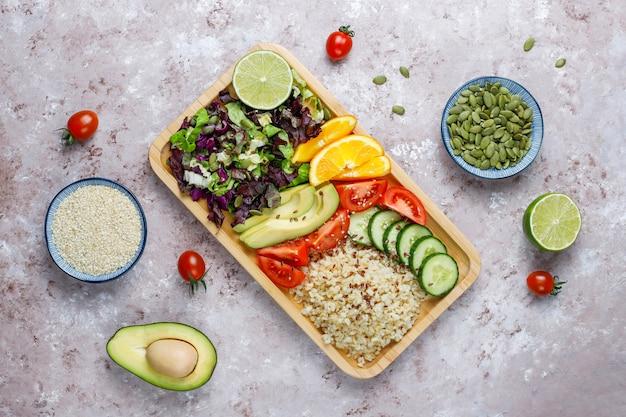 Концепция здорового вегетарианского сбалансированного питания, салат из свежих овощей, миска будды