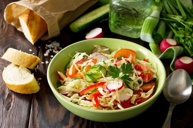 健康的なベジタリアンボウル野菜と夏のベジタリアンサラダ健康的な栄養の概念