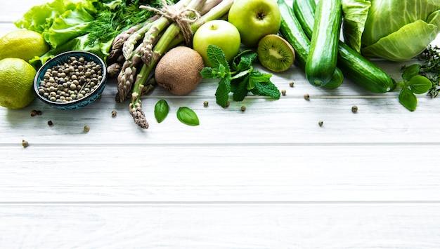 Фон концепции здорового вегетарианского питания, выбор свежих зеленых продуктов для детокс-диеты