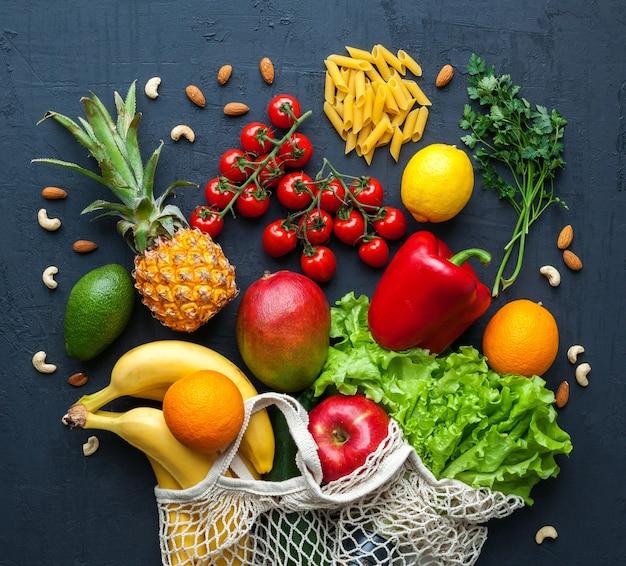 문자열 쇼핑백에 건강한 채식 음식. 다양한 야채와 과일