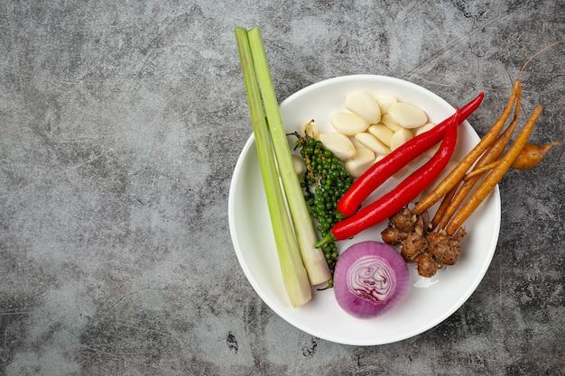 野菜、果物、色の野菜の袋に入った健康的なベジタリアンフードスーパーマーケットのショッピング、食品、きれいなベジタリアンの食事の概念。
