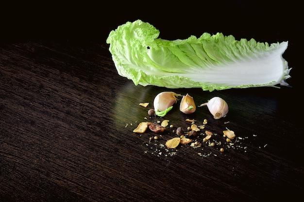 ヘルシーなベジタリアン料理、オーガニックの白菜、暗闇にニンニク。