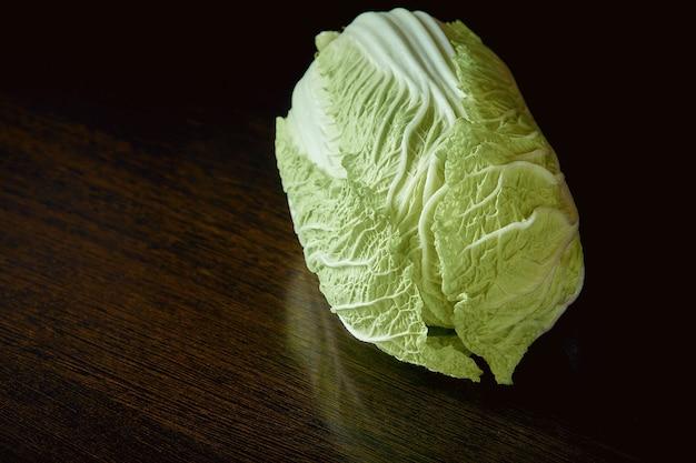 ヘルシーなベジタリアン料理、暗闇でのオーガニックの白菜。