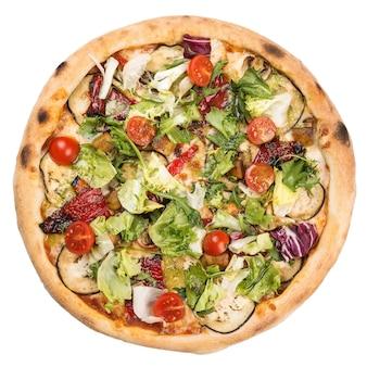 가지, 체리 토마토, arugula 및 그린 샐러드 잎을 가진 건강한 채식 피자.