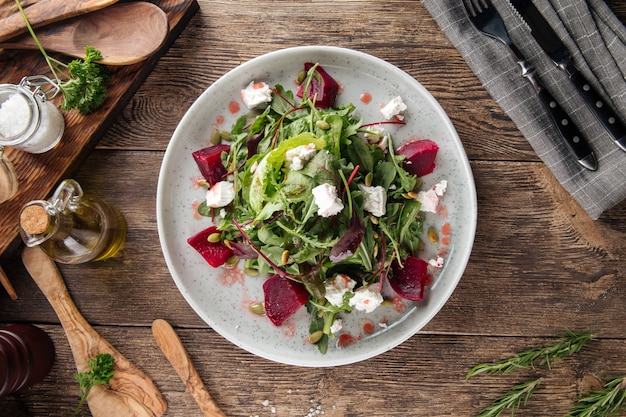 ビートルートチーズグリーンと健康的なビタミンサラダ