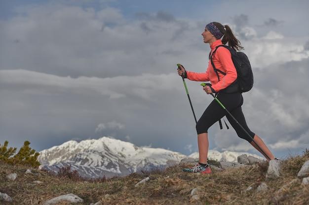 山の健康な散歩の女性