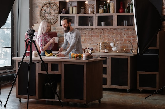 건강한 체중 감량 블로그. 다이어트와 균형 잡힌 영양에 대한 커플 촬영 비디오 튜토리얼.