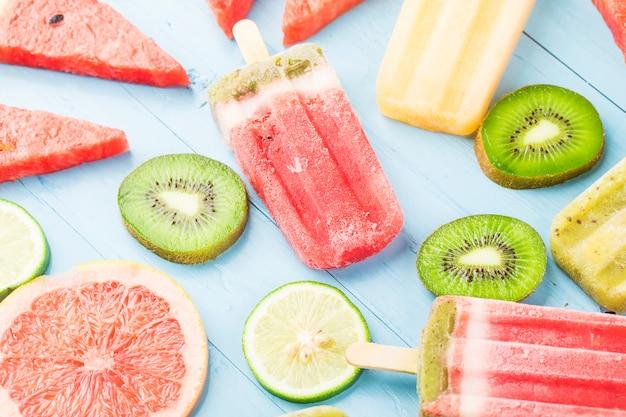 Здоровое фруктовое фруктовое мороженое с ягодами киви, арбуз, дыня на деревянном винтажном столе