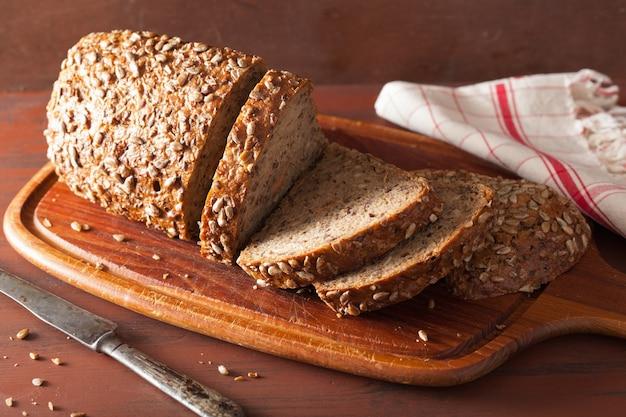 Полезный цельнозерновой хлеб с морковью и семенами