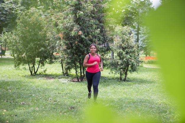 屋外で運動をしている健康な女性