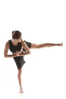 Здоровая женщина делает растяжения с ее левой ноги