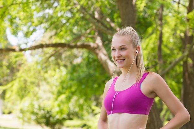 Здоровая женщина в спортивный бюстгальтер бег в парке