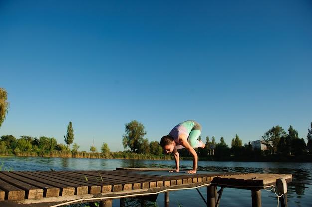 건강 한 여자 라이프 스타일 균형 자연 아침에 다리에 명상과 에너지 요가 연습.