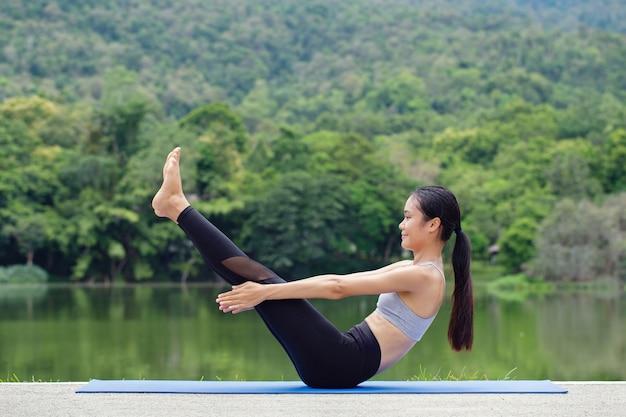 Здоровый образ жизни женщины йоги сбалансировал практику медитации и энергетической йоги
