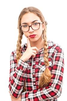 眼鏡をかけて健康な若い思考の女性