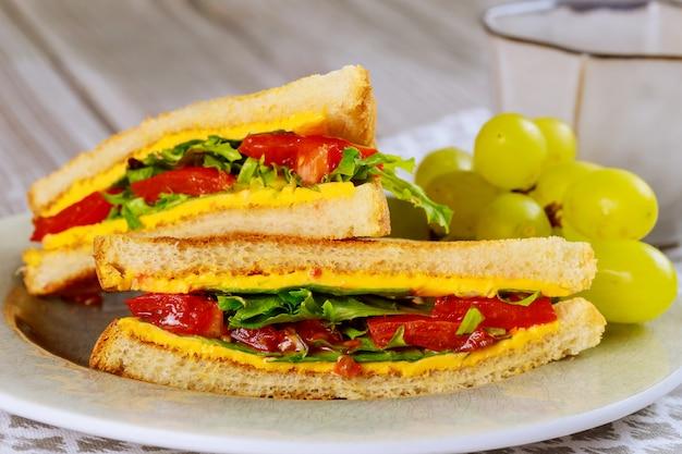 ヘルシーなグリルチーズサンドイッチと野菜とブドウ。