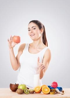 リンゴを食べる健康な若い女性。健康食品のコンセプト。