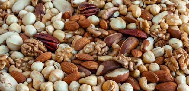 さまざまな種類のナッツ、アーモンド、クルミ、ヘーゼルナッツ、カシューナッツ、ブラジルナッツのヒープ
