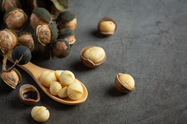 Mucchio di semi crudi di macadamia