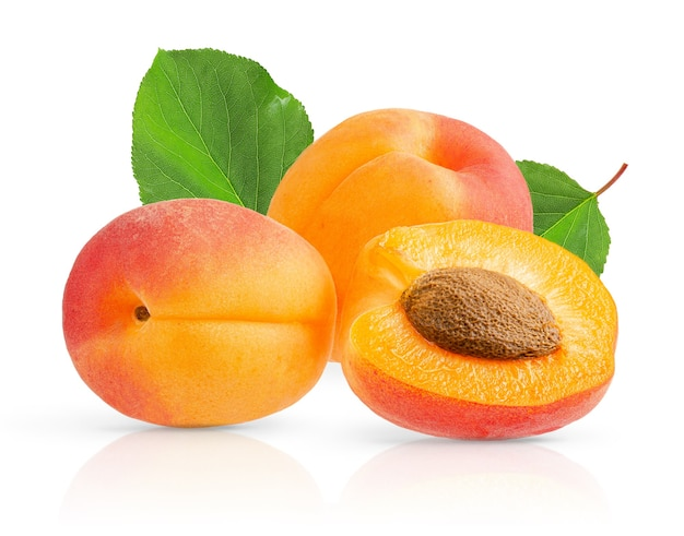 Куча абрикосов и листьев изолированные на белой поверхности с путем клиппирования. закрыть вверх