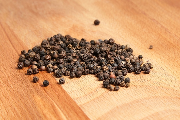 ブナの木製のまな板に黒胡椒のヒープ