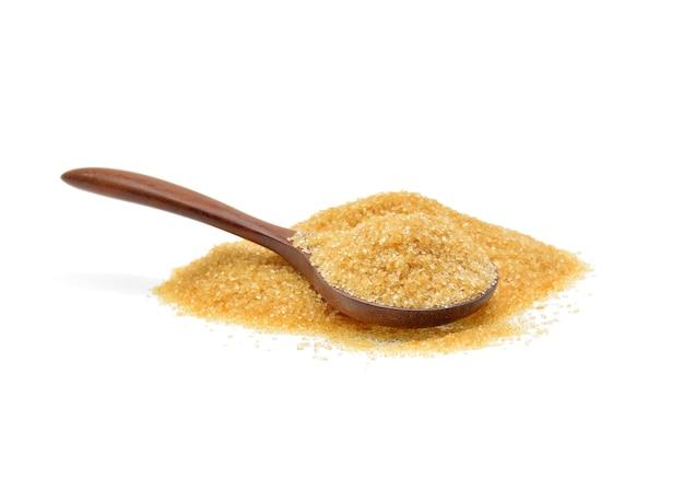 Куча коричневого сахара, изолированные на белом фоне