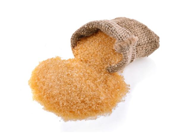 Куча коричневого сахара изолирована