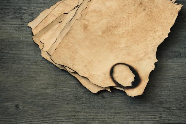 Куча сгоревших листов бумаги