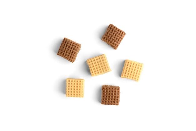 초콜릿과 크림 토피 사탕 사각형의 힙 흰색 배경에 고립. 평면도.