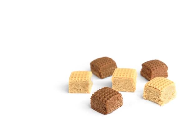 초콜릿과 크림 토피 사탕 사각형의 힙 흰색 배경에 고립.
