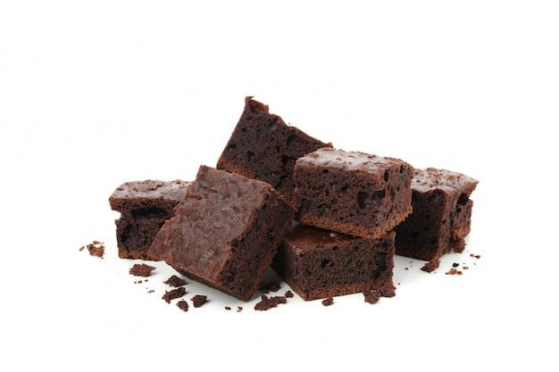 Куча вкусных кусочков шоколадного торта на белом фоне