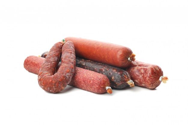 Куча разных колбас, изолированные на белом