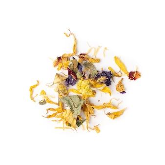 白い背景に分離された乾燥した黄色い花のヒープ