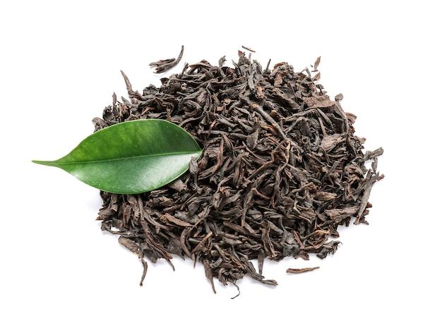 白地に乾燥紅茶の葉の山