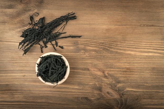 Куча сухих водорослей вакамэ