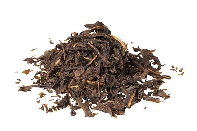 白い背景で分離された柳茶の発酵乾燥葉のヒープ