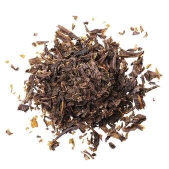 白い表面に分離された柳茶の発酵乾燥葉のヒープ