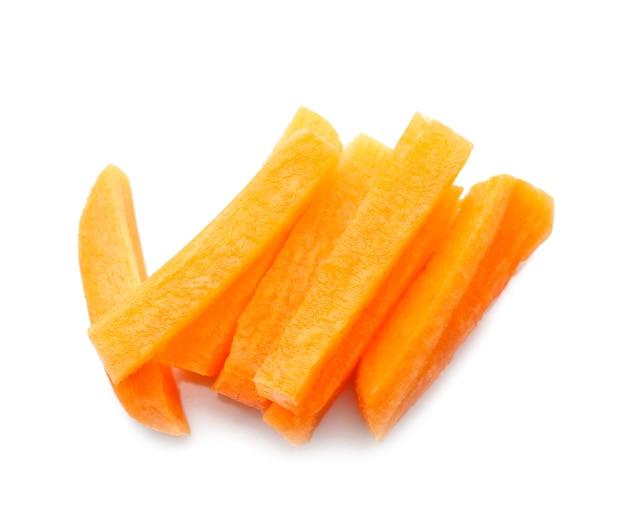 Куча свежих ломтиков детской моркови на белом
