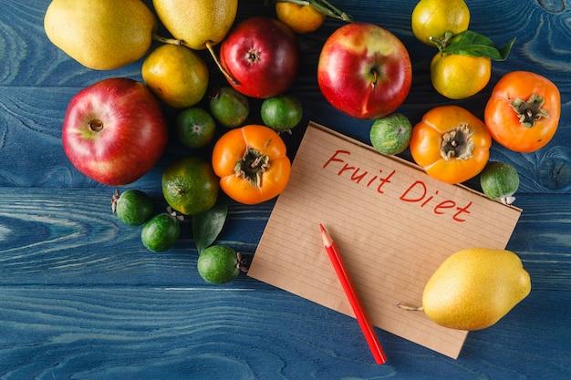 新鮮な果物や野菜の木製の背景のヒープ